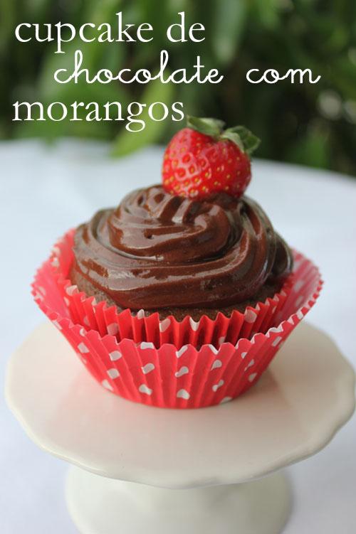 cupcake de chocolate com morangos